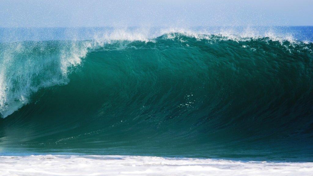 波が崩れる画像