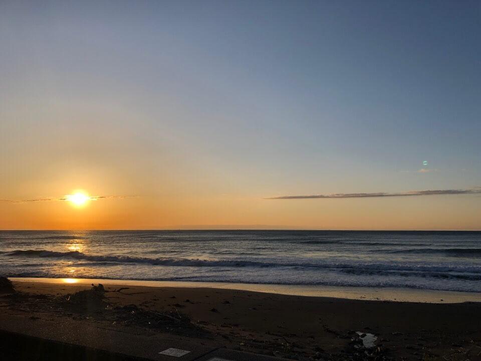 日の出のビーチ