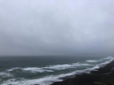 乱層雲に覆われ雨風強く荒れた空模様、明日は強い北風かなり寒くなる【2020.3.28】