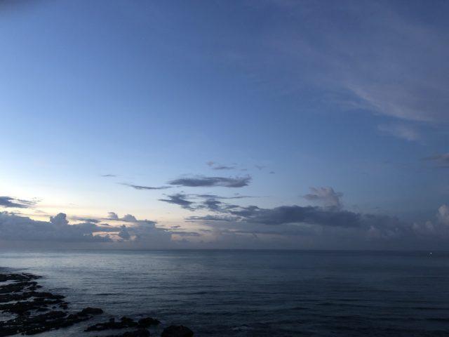 日の出前の空